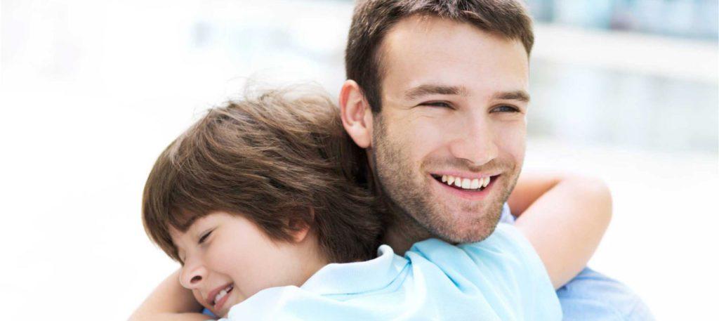 Padres: Pilares de la felicidad de los hijos Lo único en lo que están de acuerdo es que la felicidad es su meta. Esta es una buena meta, ya que no solo es importante sino necesaria para un buen vivir.