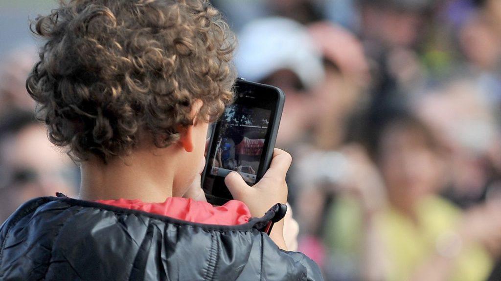 Prohibición del uso de móviles en los colegios colombianos