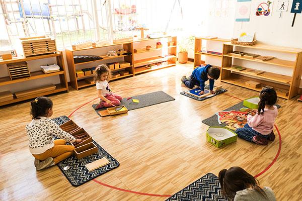 """El método Montessori: Una filosofía que se respira en el Jardín Infantil 1, 2,3 por ti Casi todos hemos escuchado hablar de """"Montessori"""". Para algunos es el nombre de algún colegio donde asiste algún familiar cercano, para otros es alguna tendencia educativa, pero … ¿cuántos en realidad saben lo que significa?"""