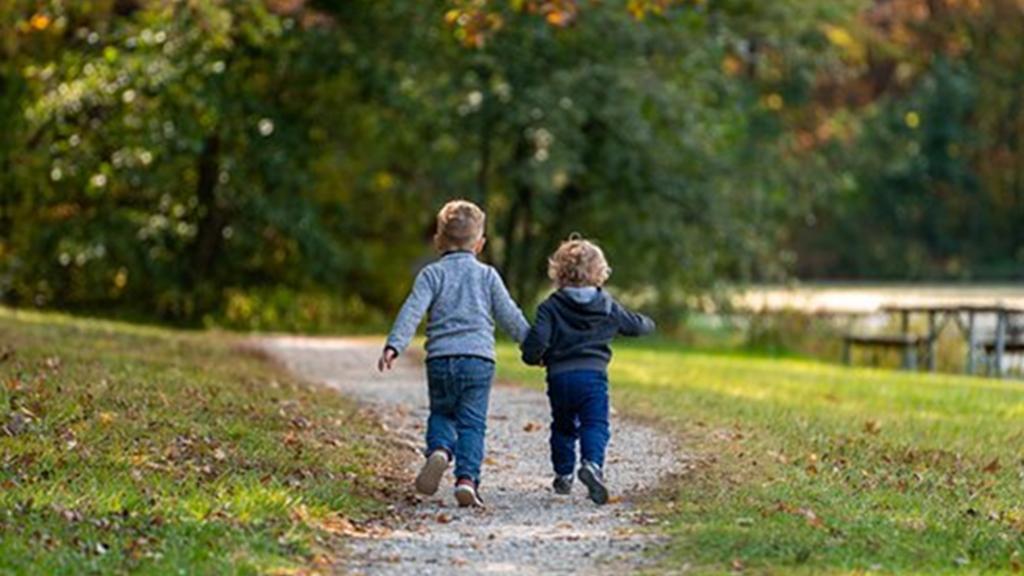 ¿Cómo benefician las relaciones sociales en la primera infancia?