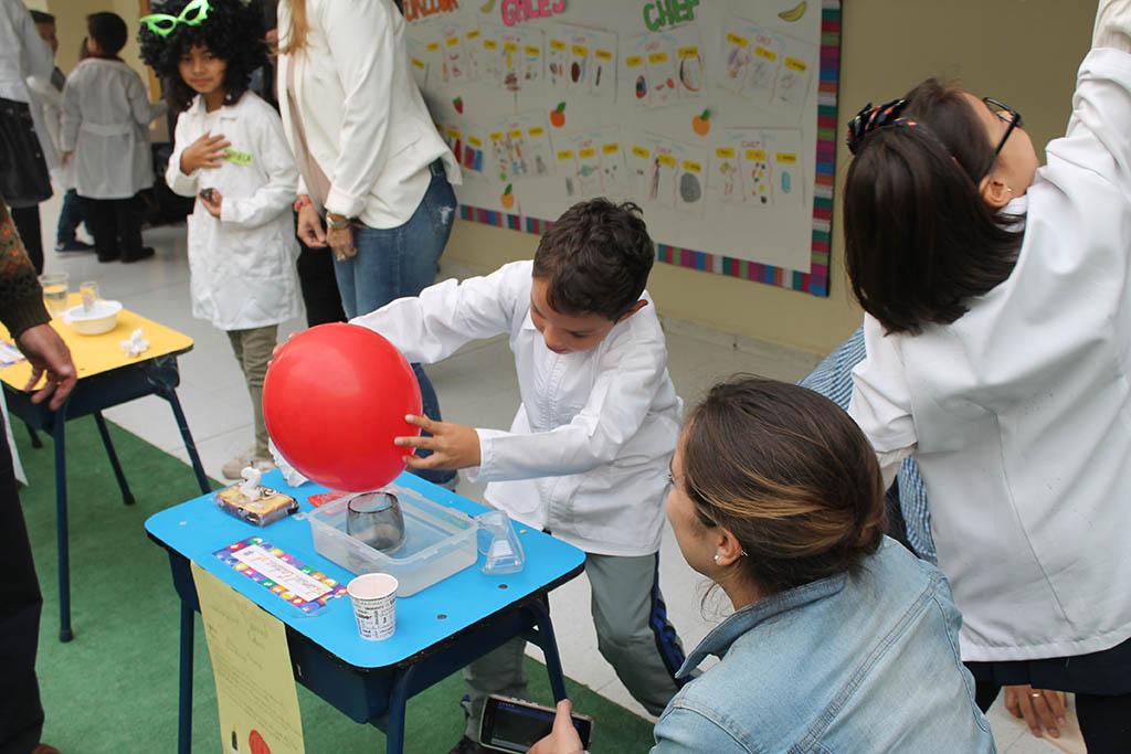 Experimentos de los niños en el Colegio Gales